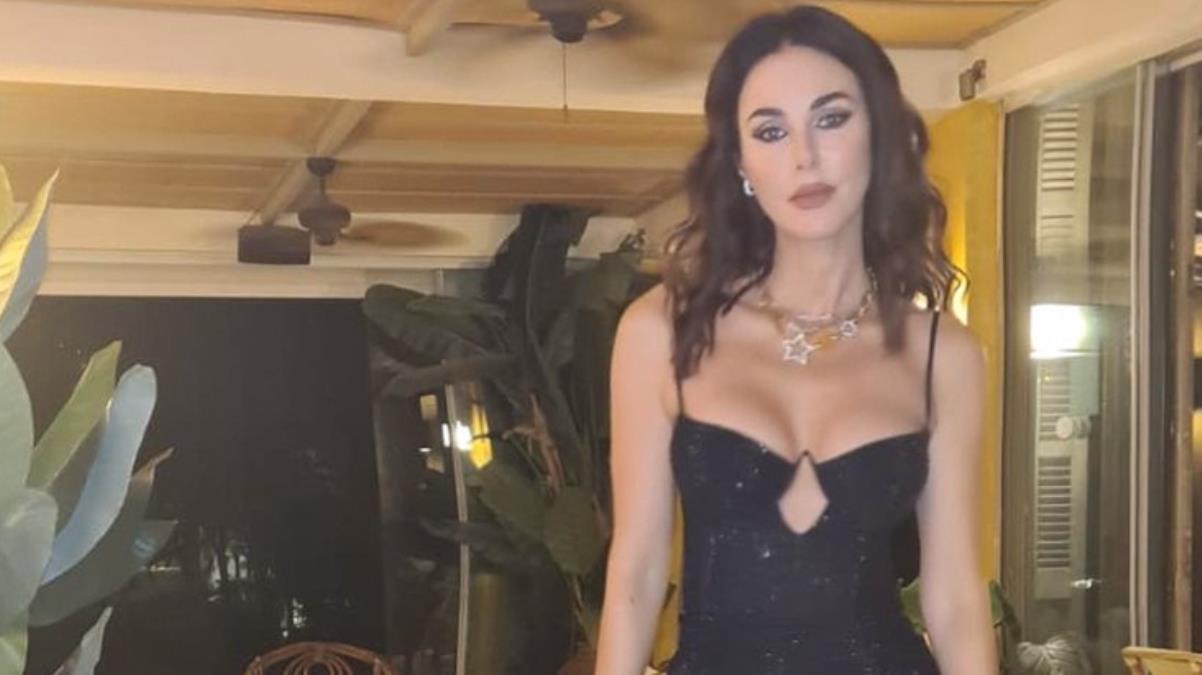 49 yaşındaki Defne Samyeli, transparan sahne kıyafetiyle herkesi hayran bıraktı
