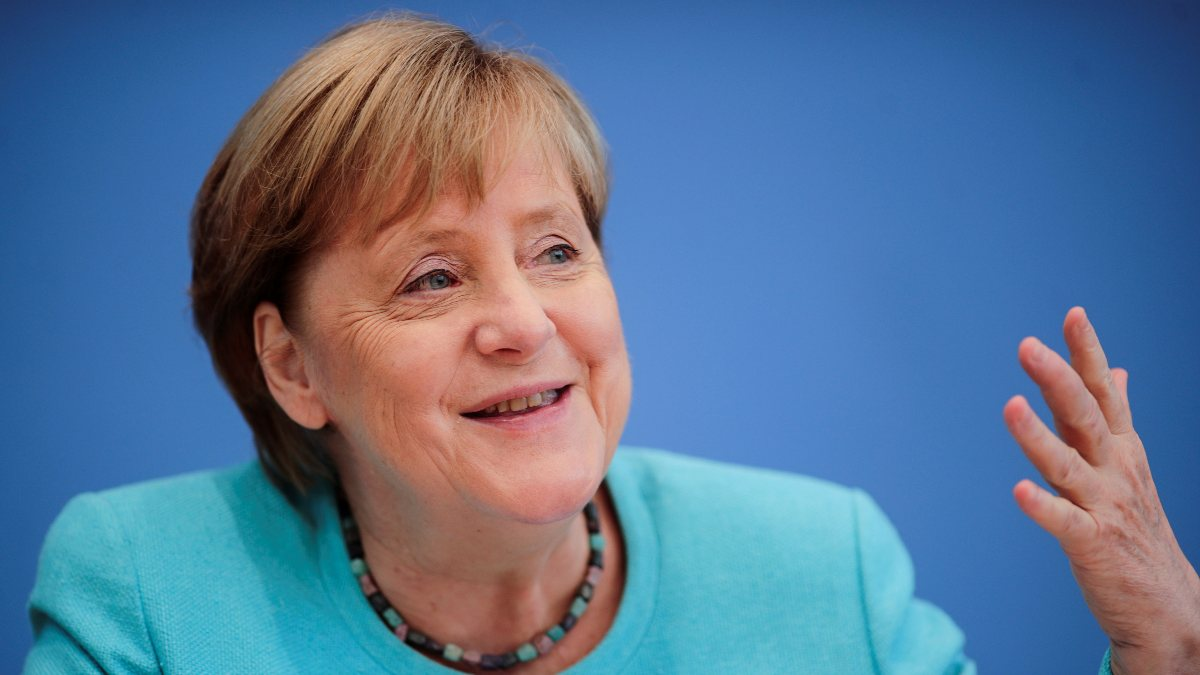 Angela Merkel: Ne kadar aşılanırsak o kadar özgür oluruz