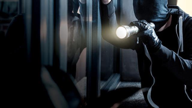 Hırsızlar her yerde aranıyor! Yatak odasında TL, dolar, sterlin, euro ne buldularsa çaldılar
