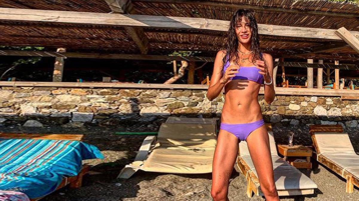 Kumsalda bikinisiyle eğlenen Berrak Tüzünataç anın tadını çıkardı