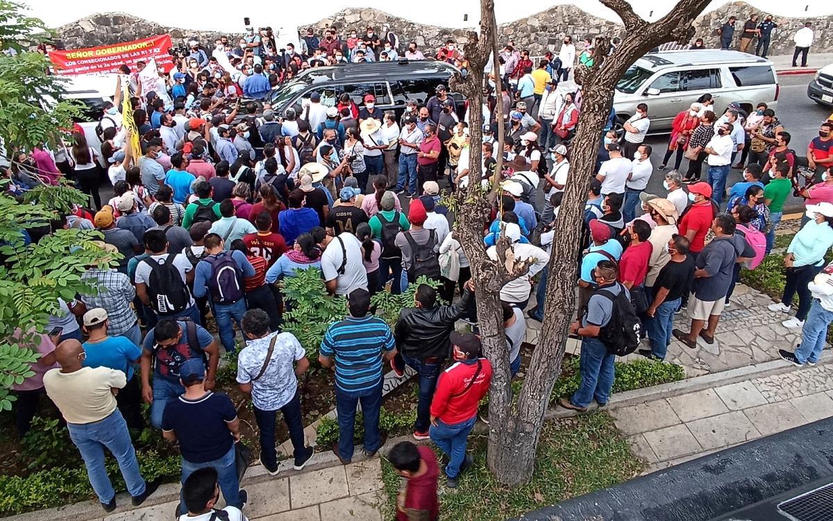 Meksika Devlet Başkanı Obrador, aracının etrafını saran göstericiler ile görüşmeyi kabul etti