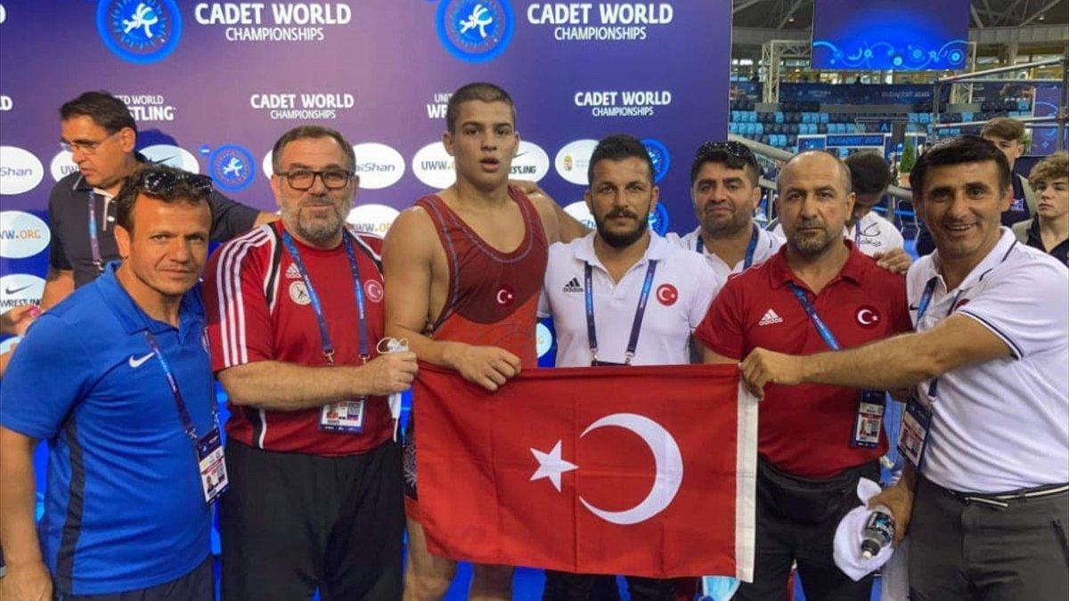 Milli güreşçi Rıfat Eren Gıdak, yıldızlarda dünya şampiyonu oldu