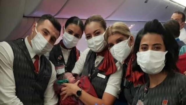 Tahliye uçuşu sırasında mucize! Kabin ekibi, hamile kadına doğum yaptırdı