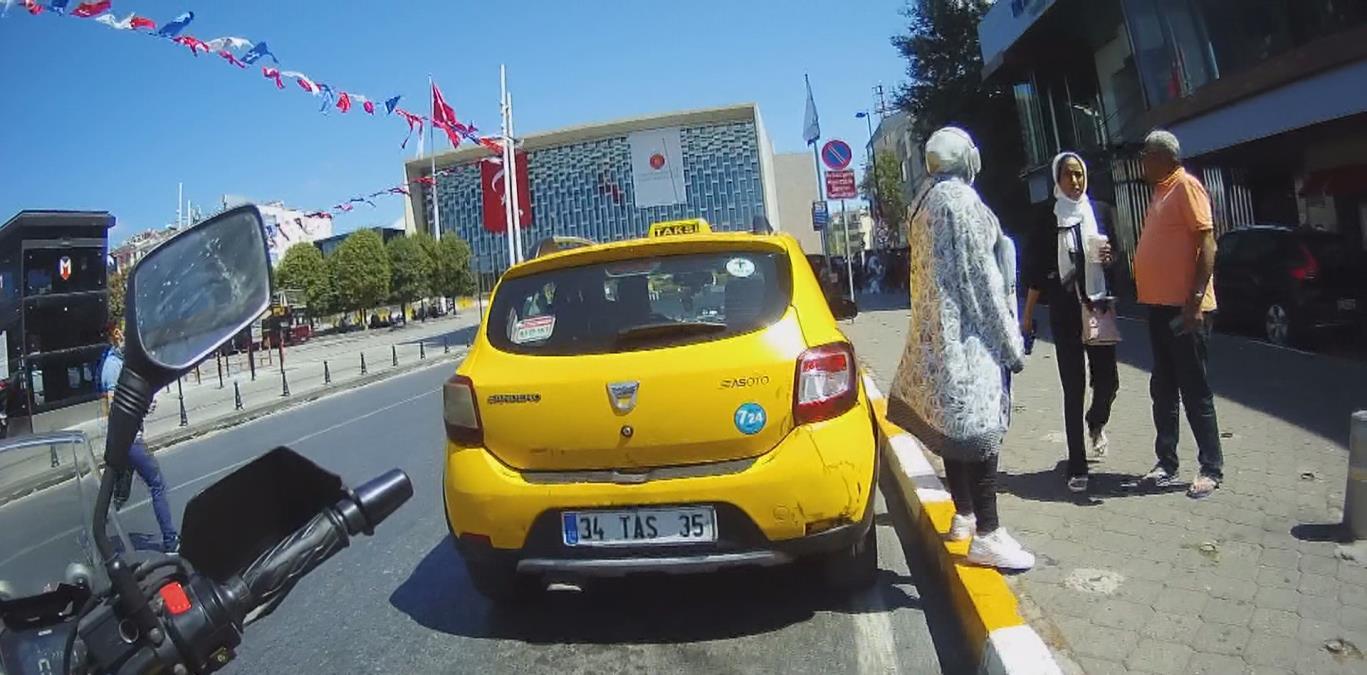 Taksim'de turistlerin taksici isyanı! Taksimetre açmayıp pazarlık yaptı, anlaşamayınca da müşterileri taksiden indirdi
