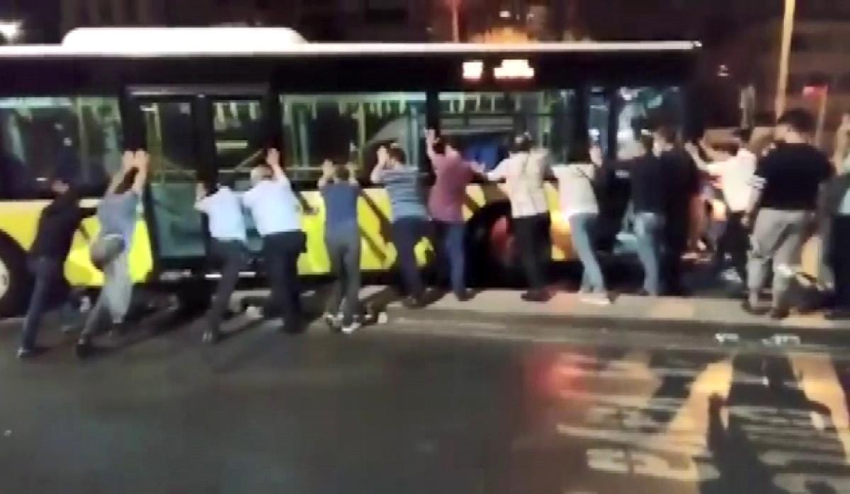 Üsküdar'da refüjde asılı kalan İETT otobüsünü vatandaşlar kurtarmaya çalıştı